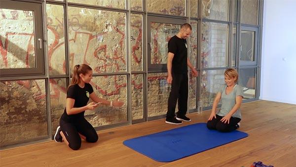Andrea Ballschuh bei den Sportübungen zusammen mit den X-DAYS Personal Trainern Abnehmen ohne Fitness-Studio